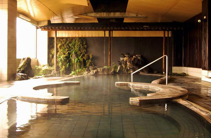 天然温泉100%。赤倉温泉最大級の和風大浴場を持つ「赤倉温泉ホテル後楽荘」にご宿泊。