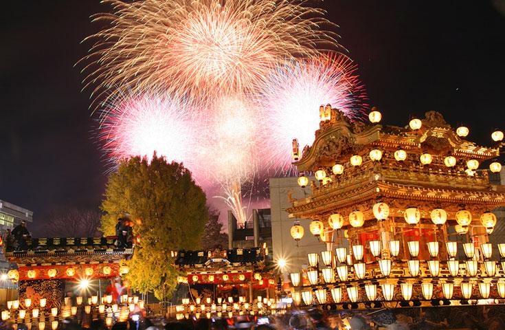 夜には全国でも希少な冬の花火が空を染めます。