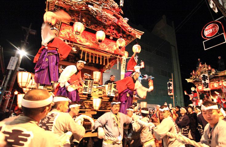 各屋台が祭り囃子、長唄、踊りなどを披露します。