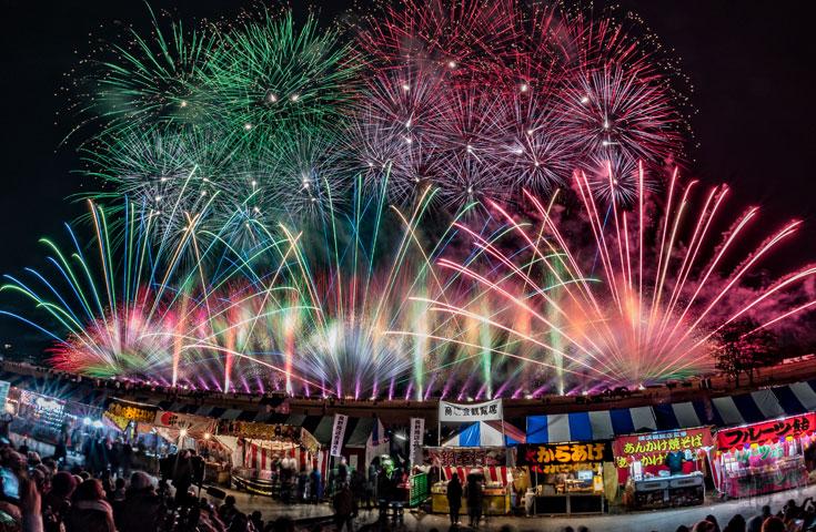 晩秋の澄んだ夜空を15,000発の華麗な花火が彩ります。