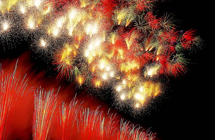全国から選抜された花火名人が感動の花火を演出