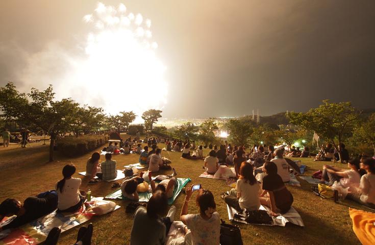 思い思いの場所で自由に花火を観覧