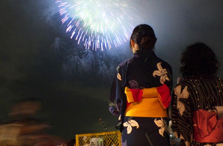 袋井の夜空が花火で染まります。