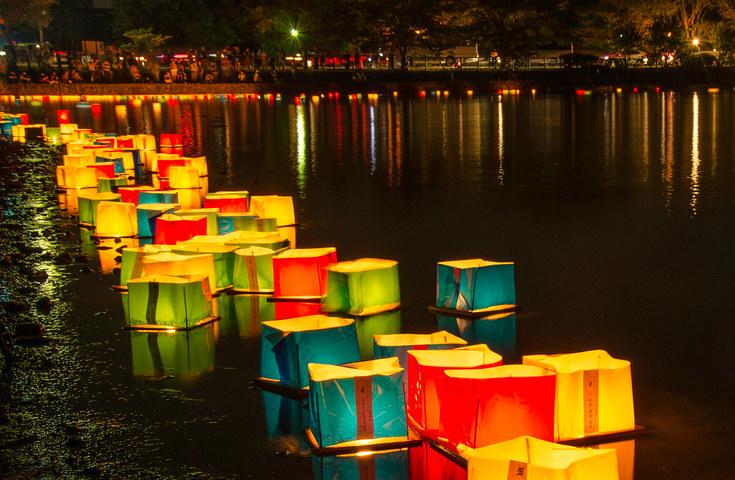 内浦湾へ流す2千基の灯篭