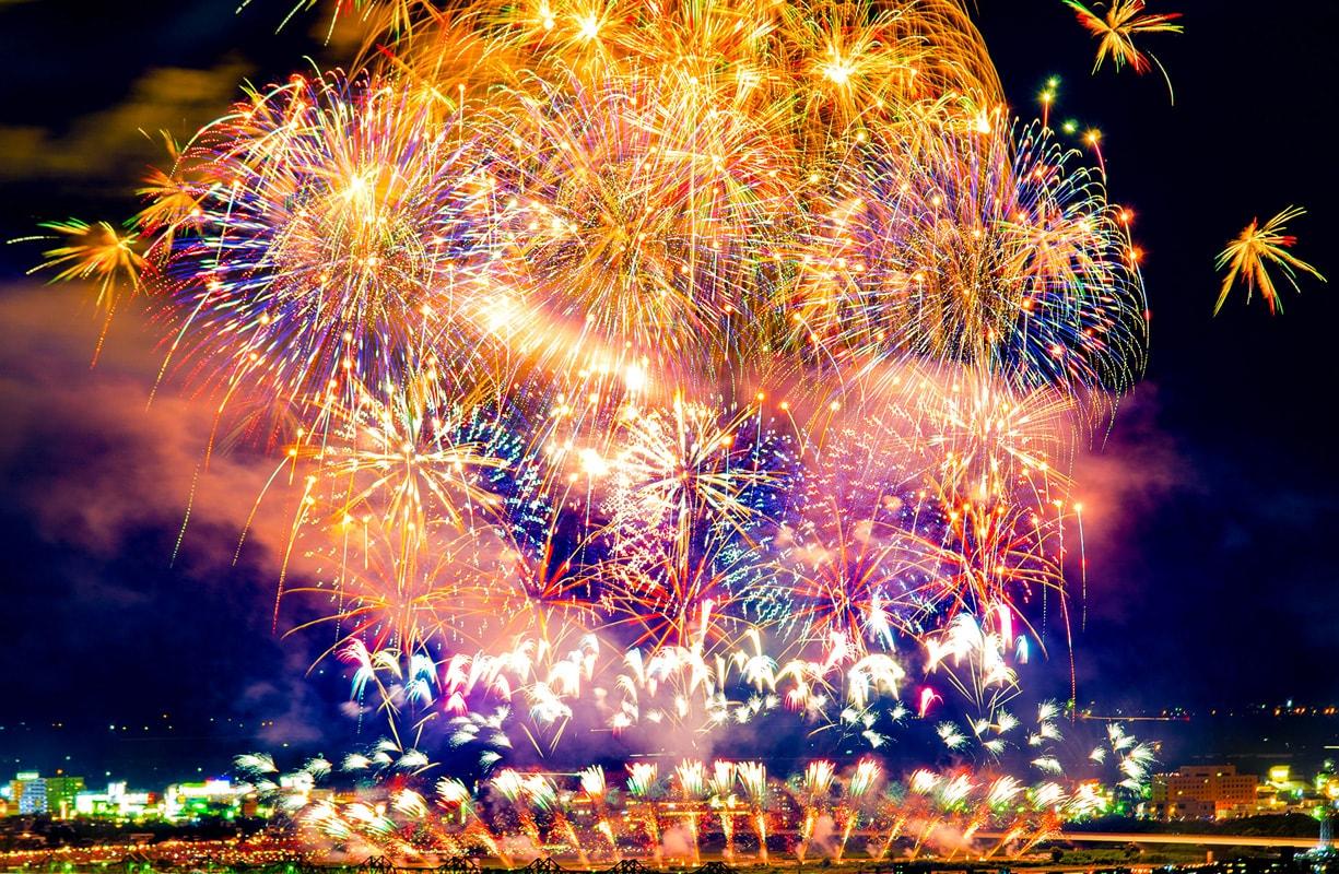長岡の街一面が花火に染まる