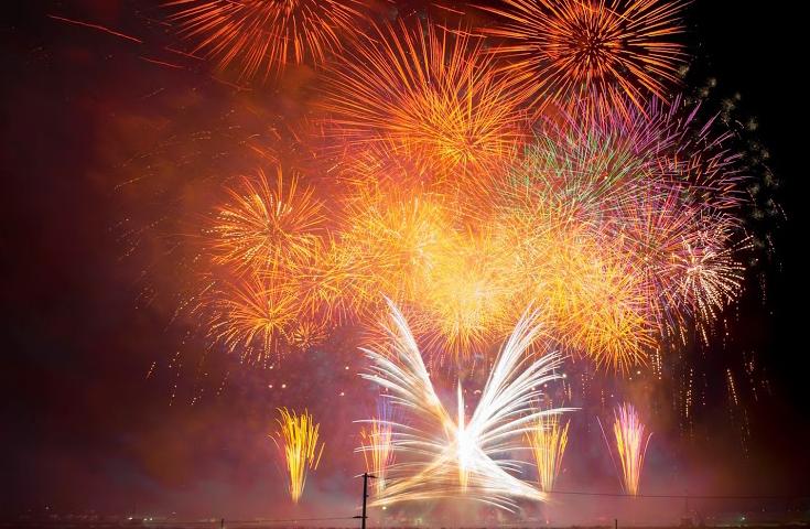 河川敷をステージに見立て、複数の場所から音楽に合わせて上がる花火は圧巻の一言