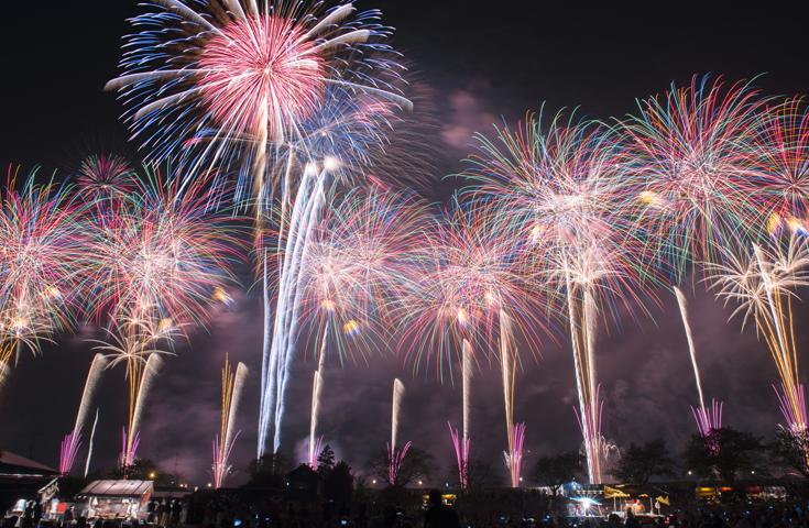 目玉は、数百発の花火が連動するスターマイン