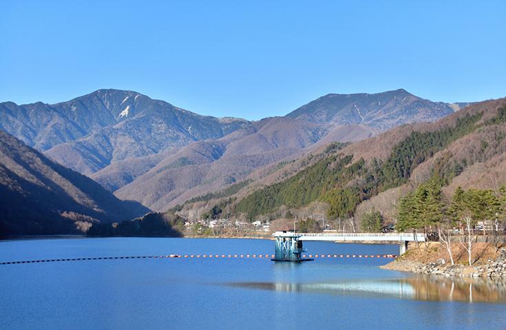 雄大なダム湖を見学
