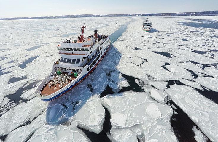 幻想的なライトアップされた氷瀑まつりと網走流氷観光砕氷船『おーろら』に乗船体験&網走でかに・いくらに舌鼓