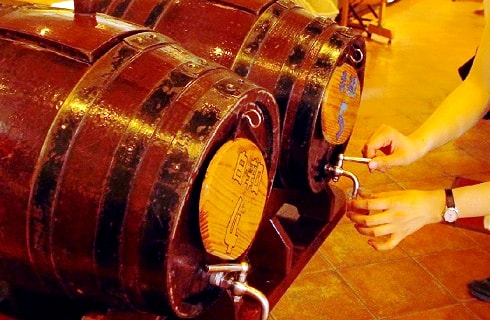 勝沼地区最古のワイセラーでワイン蔵の見学
