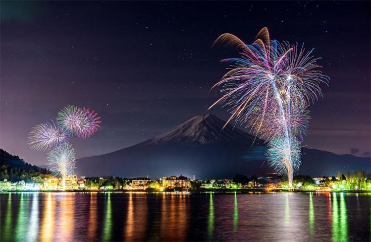 夜空を彩る『河口湖冬花火』