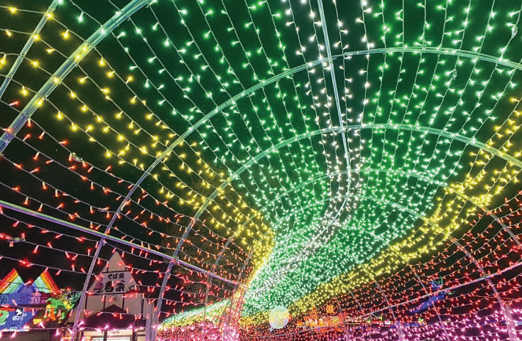 約300万球の電飾で東京ドームおよそ19個分の広さを、余すことなく照らします。