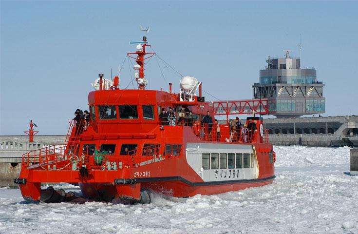 ≪紋別≫流氷の大地を巡る。流氷砕氷船『ガリンコ号II』乗船日帰りバスツアー