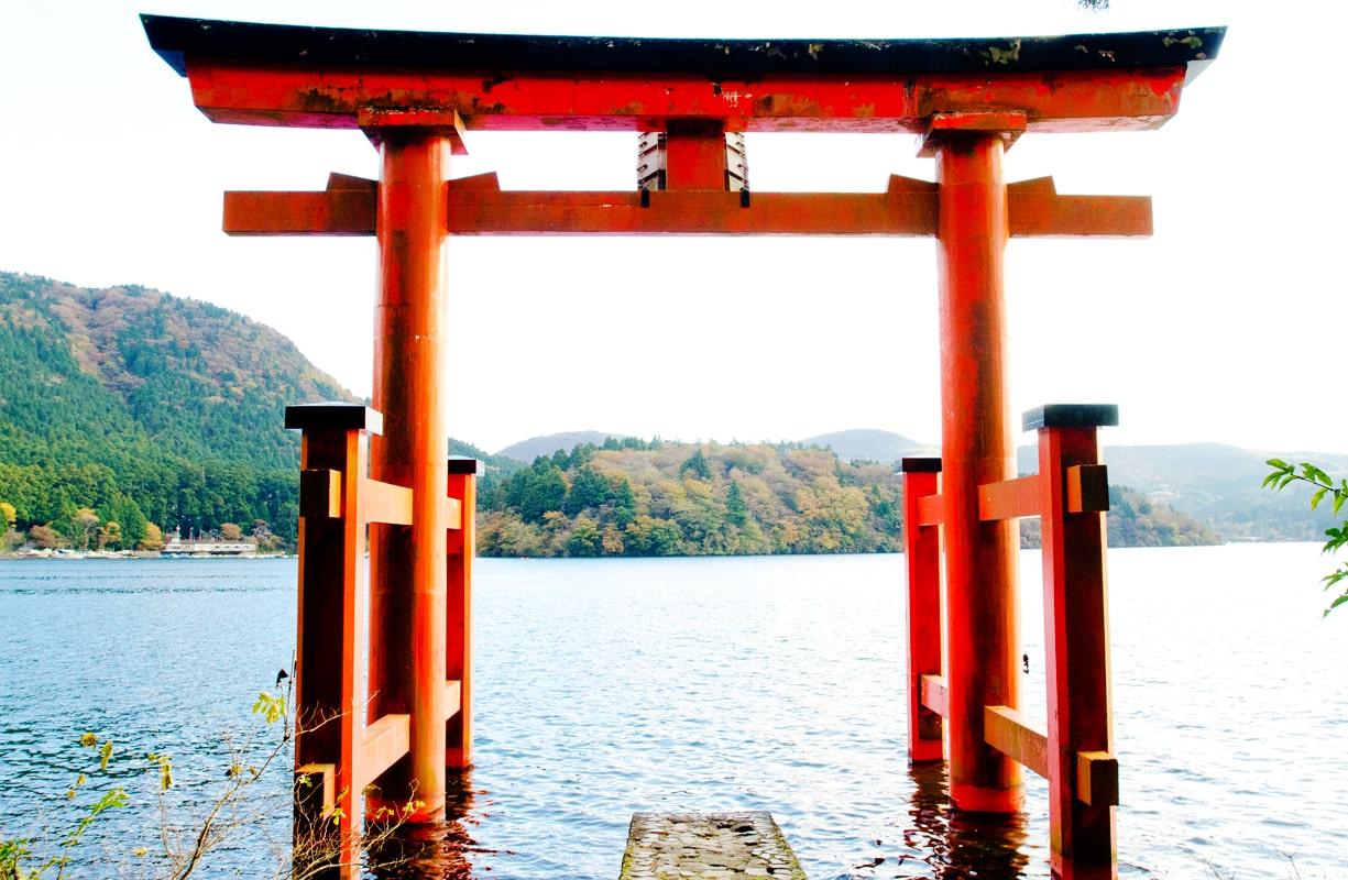 芦ノ湖にある鳥居も神秘的