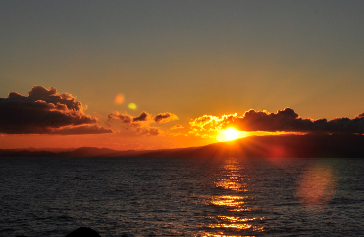 海から上がる太陽と赤色に輝く富士山を同時にご堪能