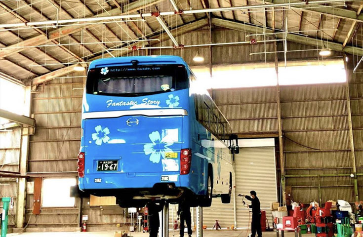 整備工場で持ち上げられた、観光バス