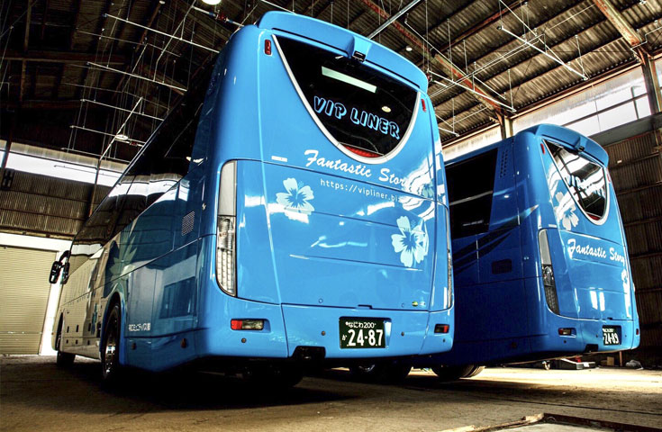 整備工場で待機中の夜行バス