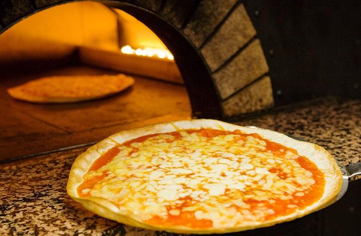 本格窯でさっくりと焼き上げた熱々クリスピーなマルゲリータ