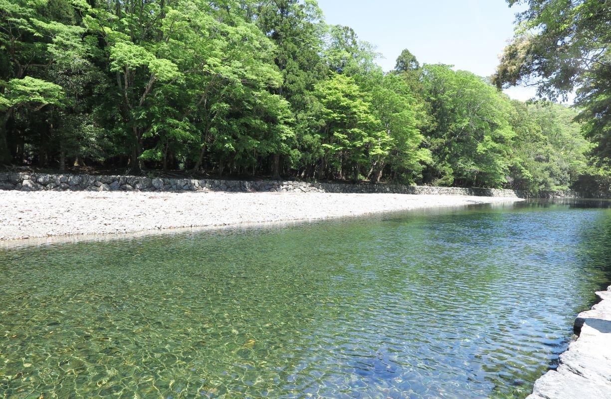 五十鈴川は、「御裳濯川」とも呼ばれ、倭姫命が御裳のすそを濯いだことから名付けられたと伝えらえます。