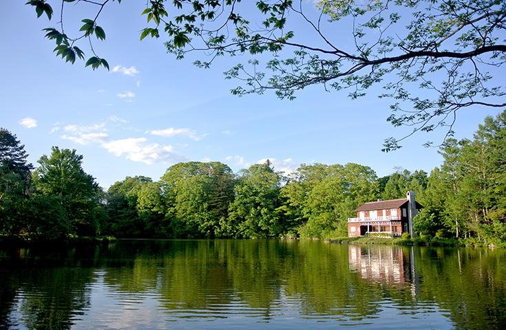 湖面に映る木々や睡鳩荘が美しい