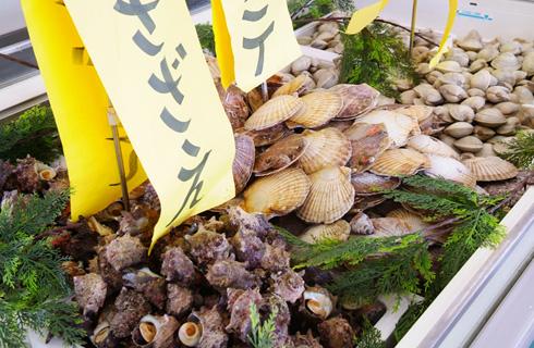 新鮮な魚介やお肉などを各自で焼いてお召し上がりいただきます。