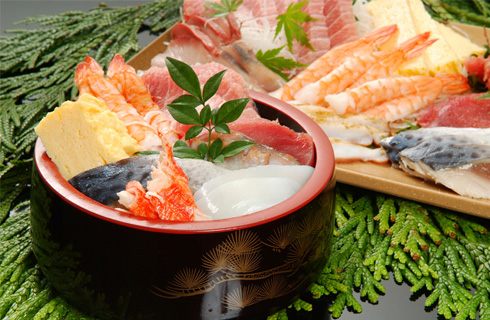 オリジナルの食材を盛り合わせて作る海鮮丼