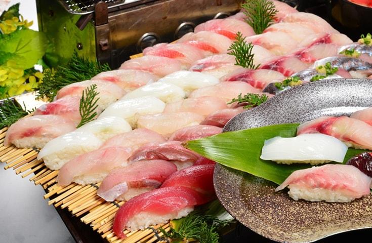 房州の地魚であるマグロやタイ、ブリ、アジなどに日替わりの素材も加えた10種類が堪能できます。