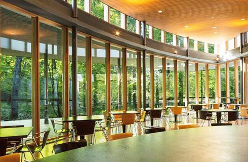新緑を眺めながら食事も楽しめる村民食堂(イメージ)