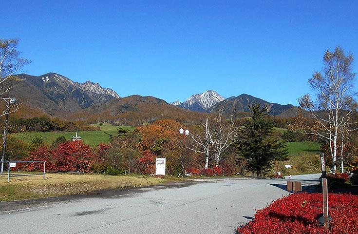 紅葉で色づく八ヶ岳「まきば牧場」