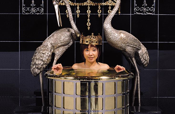 三日月には億超えの豪華黄金風呂も