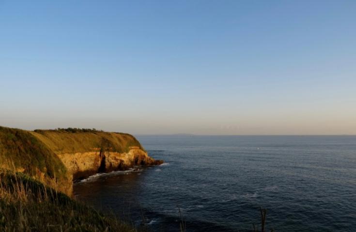 城ヶ島で岩場の景勝を見ながら散策