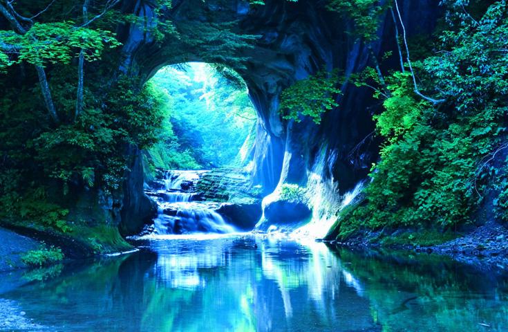 幻想的な景色が広がる絶景「濃溝の滝」
