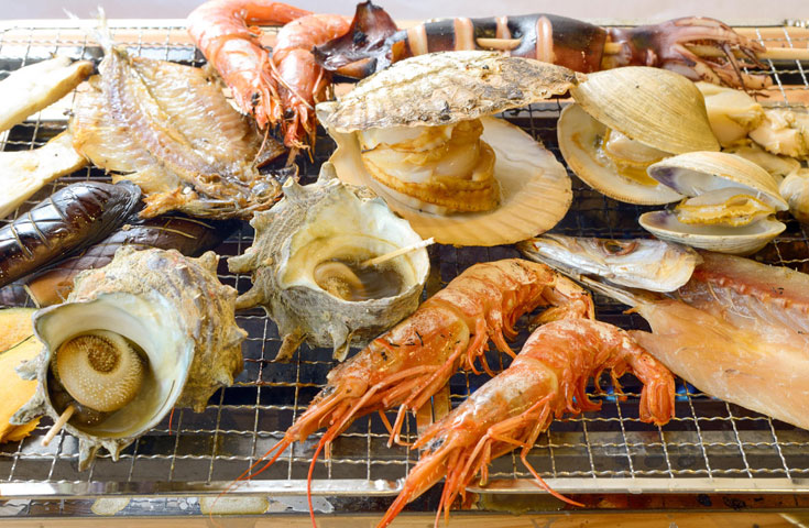 新鮮な魚介類を目の前で焼く「海鮮浜焼き」