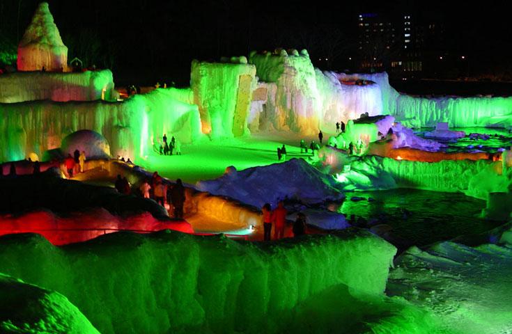 ライトアップされた氷の造形物は美しく神秘的