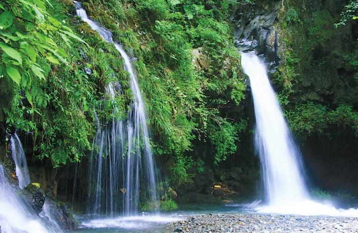 溶岩層のすき間から湧き出す陣馬の滝