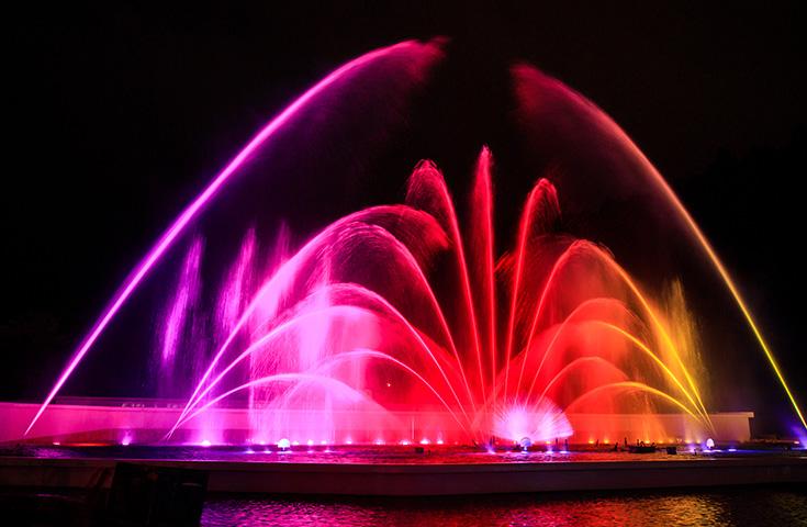 日本一高い噴水ショー「ヴェルサイユの光」音楽とイルミネーションで楽しい空間♪