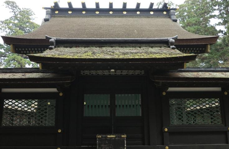 香取神宮。黒漆を基調として極彩色の鮮やかな装飾が印象的