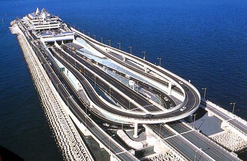東京湾の海上に建つサービスエリアに立ち寄り