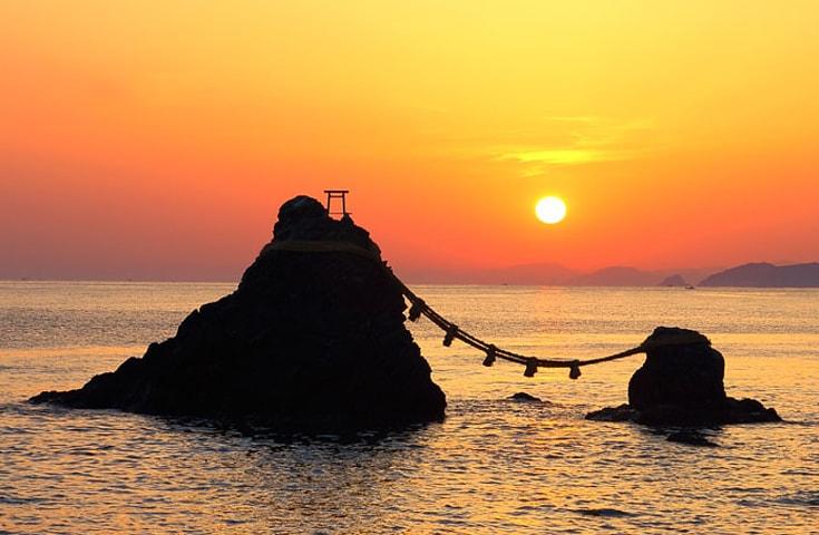 二見興玉神社 夫婦岩からの朝日(イメージ)