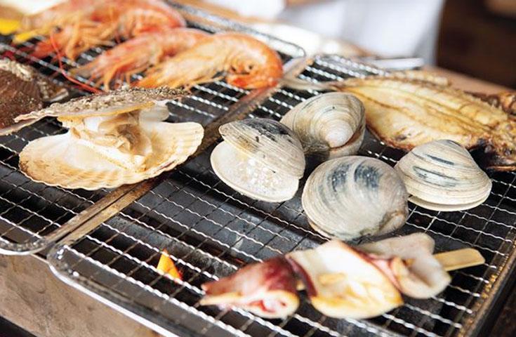 新鮮な魚介類の浜焼きに前菜やサラダも付いた贅沢プラン
