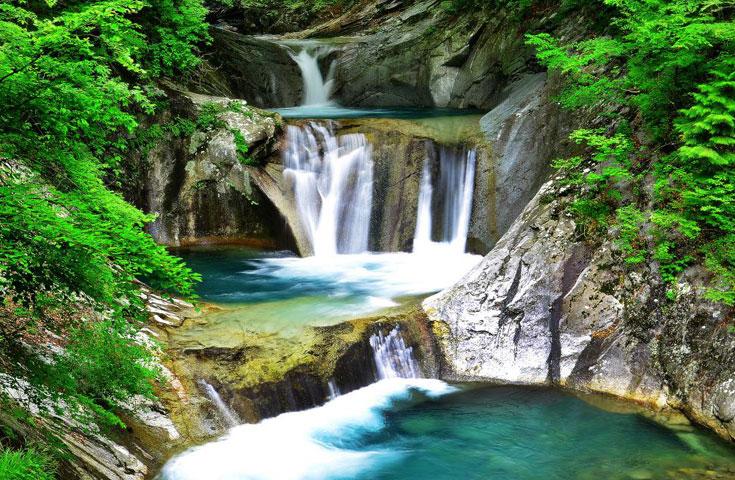 日本の滝100選に選ばれた七ツ釜五段の滝
