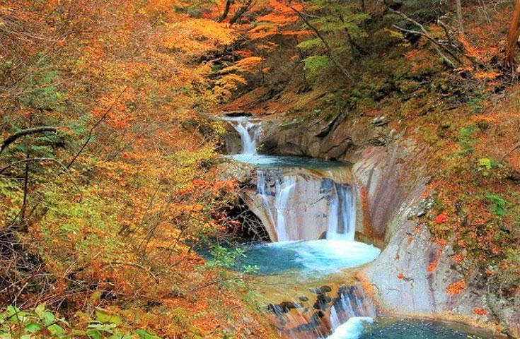 多くの滝が連なる自然の渓谷が美しい西沢渓谷