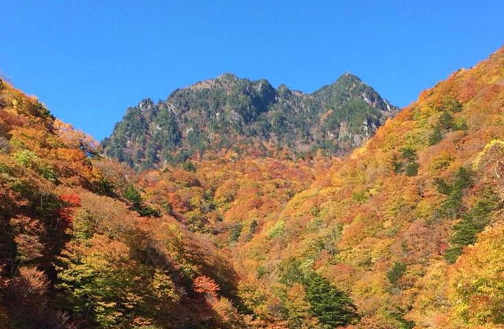 紅葉に染まる西沢渓谷をトレッキング
