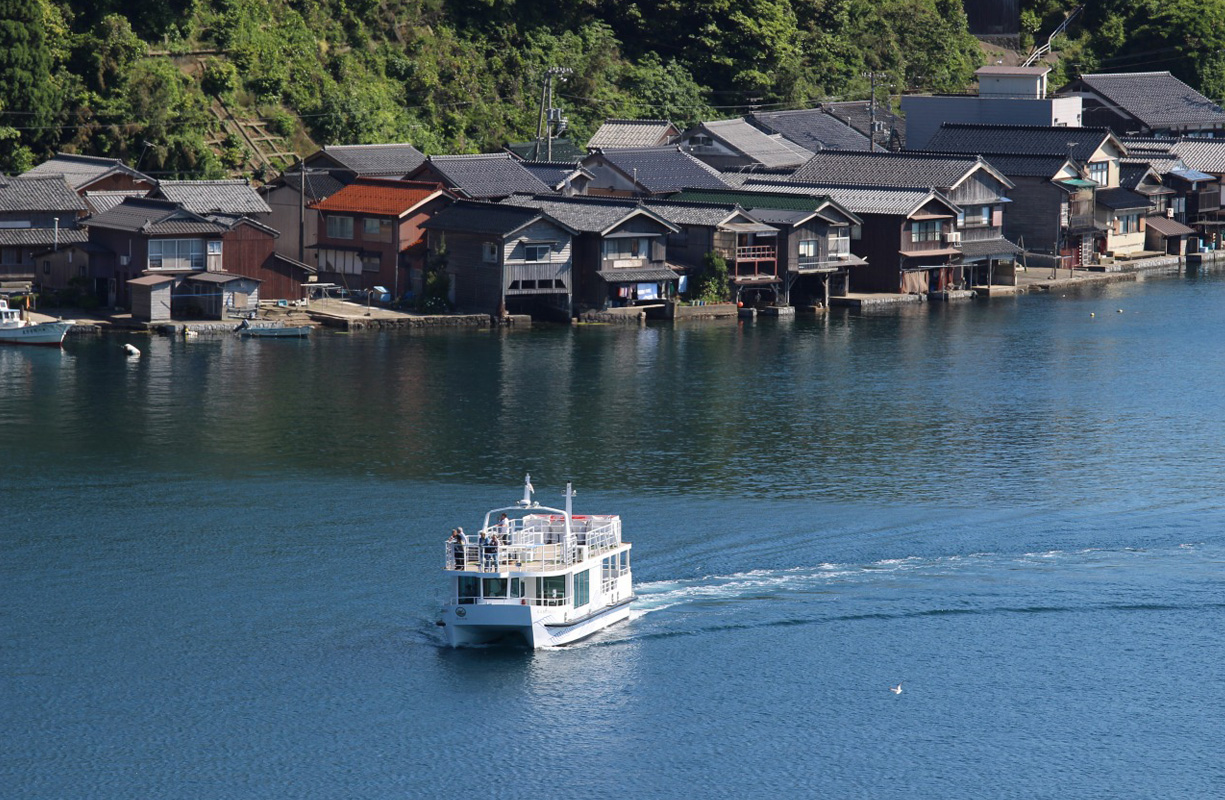 日本一美しいとも言われる、伊根の舟屋を遊覧船から眺めます