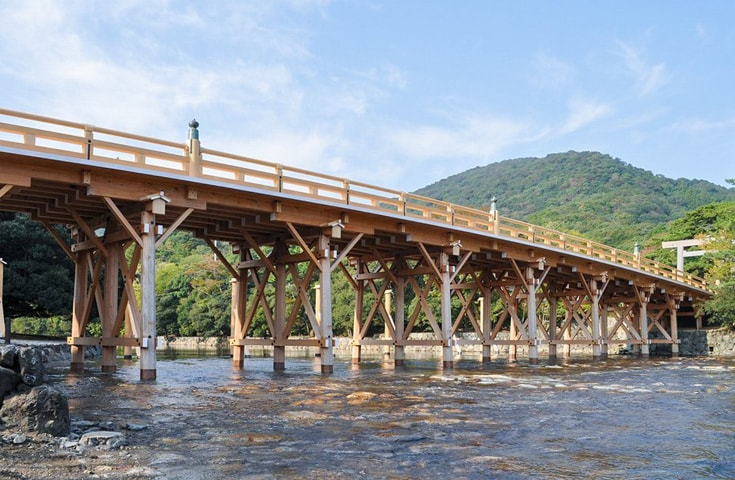 日常の世界から神聖な世界を結ぶ架け橋といわれている「宇治橋」日常の世界から神聖な世界を結ぶ架け橋とい