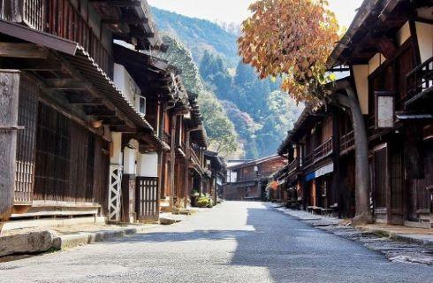 のんびりとくつろいで紅葉の広がる里山風景や風情ある家並み