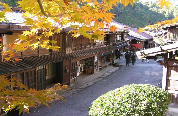 中山道木曽路の古い町並と紅葉