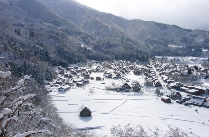 合掌造りの集落が並ぶ「白川郷」