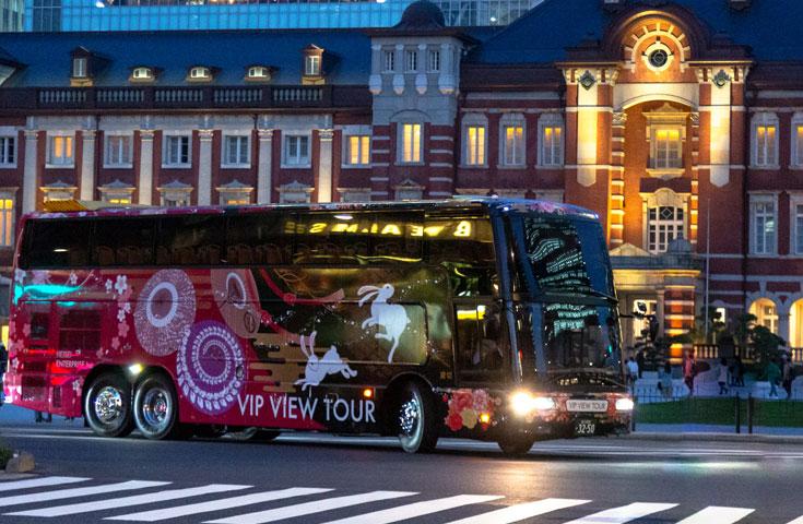 2階建てバスでロマンティックな東京の夜景を