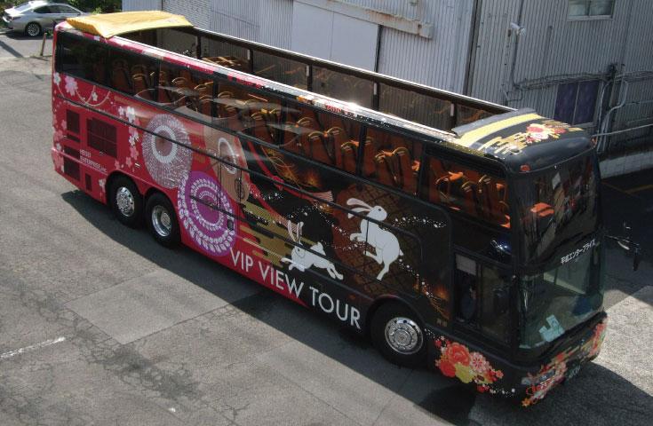 東京駅とオープントップバス(イメージ)